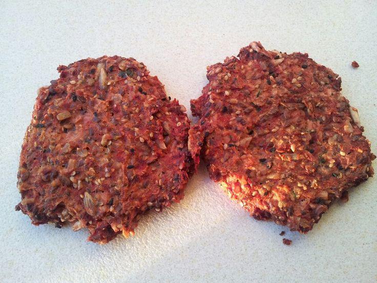 Ingredienser 2 små rødbeder 2 håndfulde mandler 2 spsk. chiafrø (kan købes her) 2 spsk. hørfrø 2 æg 1/2 tsk. salt 1 spsk. smeltet smør lidt nigelafrø Fremgangsmåde Tænd ovnen på 175 grader. Bland alle ingredienserne i en foodprocessor og kør indtil det hænger godt sammen, det bliver ikke som en almindelig dej, men en …