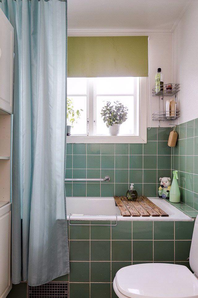 Badrum med jadegrönt kakel, Verkebro. Foto: Fastighetsbyrån