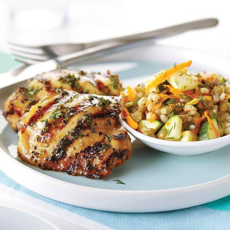 Ce met est parfait pour les pique-niques. La salade nutritive et nourrissante se jumèle bien au poulet mariné dans la bière et le miel.    Le Poulet du Québec