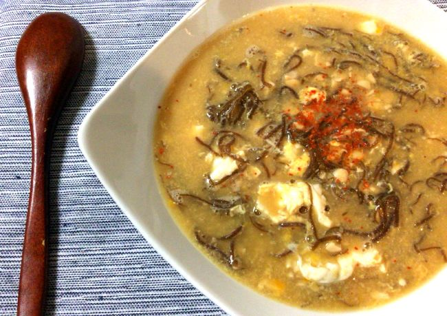 寒暖差が激しく、風邪をひきやすいシーズン。 こんな時は、栄養豊富でしっかり旨いローカボレシピが理想的。 じんわり温かく、欲しかった味が体に染み渡る。 今日は、そんな雑炊風モズク納豆の生姜卵スープをご紹介しよう。 風邪っぴきの同僚にササッと作れば、社内も一気に和やかムードだ。
