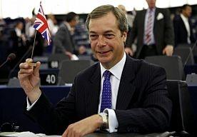 20-May-2013 9:47 - BRITSE TOPMANNEN WAARSCHUWEN. De topmannen van enkele grote Britse bedrijven waarschuwen de bevolking van Groot-Brittannië voor de enorme kosten die een vertrek uit de Europese Unie zou betekenen. In een brief aan de krant The Independent schrijven ze dat die stap liefst 109 miljard euro zou kosten, wat neerkomt op 4000 euro per Brits gezin.
