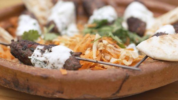 Eén - Dagelijkse kost - Lamskebab op een stokje met wortelsla  en dipsaus met munt