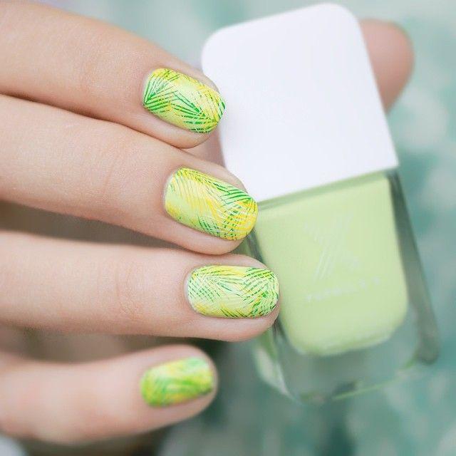 Nail art tropical avec un triple stamping réalisé par #pshiiit #topatopa