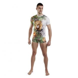 Tricoul are un design complex, un print supradimensionat, avand leul, ca centru de interes.