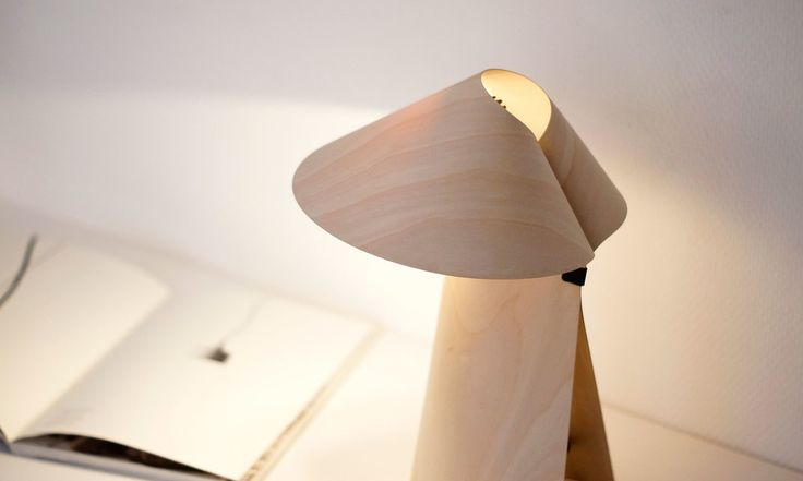 """""""Kino"""" è una lampada prodotta da un unico foglio di betulla multiplex."""