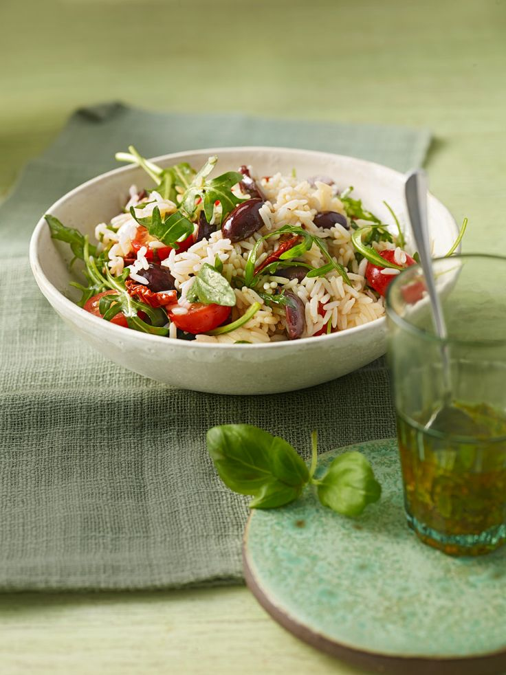 Italienischer Reissalat mit Tomaten, Oliven und Rucola