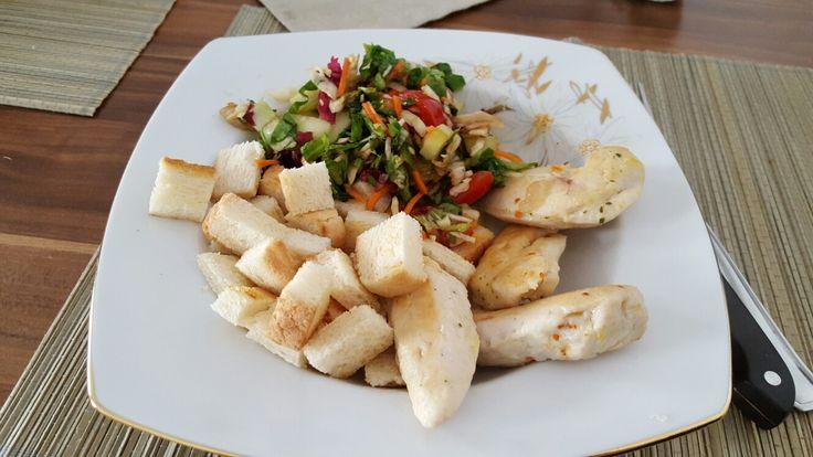Proteine.Salata cu piept de pui + crutoane