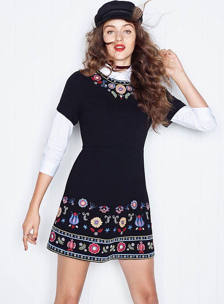 L'inspiration des paysannes russes s'invite sur cette robe obscure rehaussée de broderies colorées   Zip dissimulé au dos   Forme ajustée-évasée    Le mannequin porte la taille petit    Longueur: 81cm, du haut de l'épaule