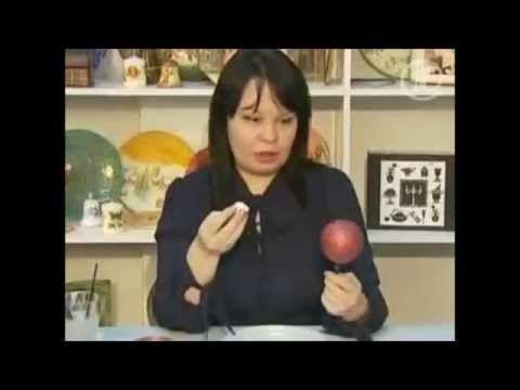 Людмила Михайловская показывает на 1 канале как просто и быстро самой задекорировать самый простой новогодний шарик. сюжет вышел в декабре 2009 года в програ...