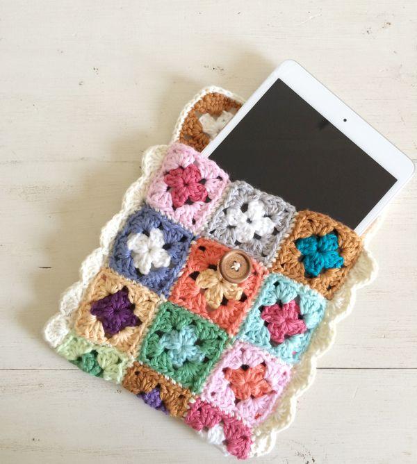 Mini granny square tech case - free pattern @ SugarBeans.org