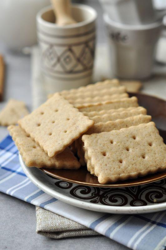 Fahéjas keksz Mai egyszerű fahéjas keksz receptünk ideális baráti beszélgetésekhez, akár egy jó pohár tea vagy kávé mellé. Laktózmentes vajjal készült így laktózérzékenyek is fogyaszthatják.
