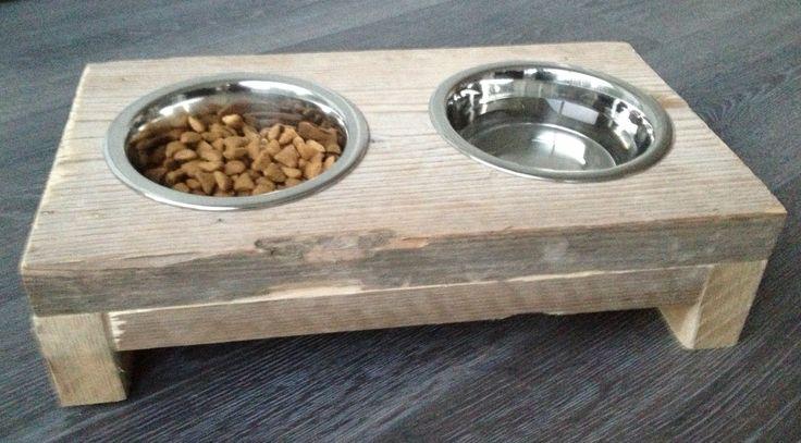 Een stoere voerbak voor de katten! Gemaakt van steigerhout.