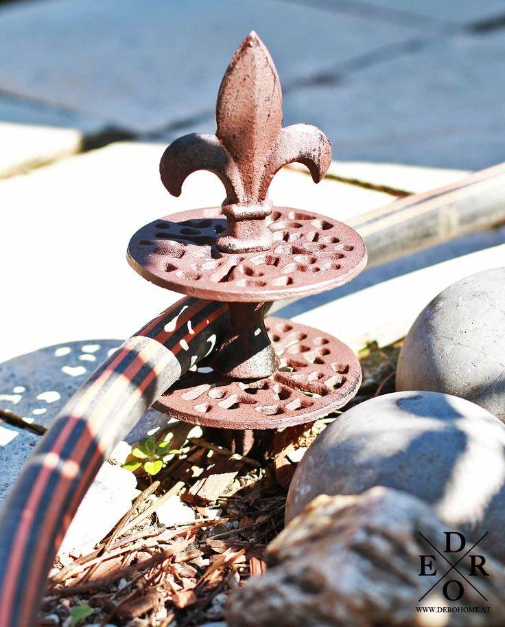 """Die praktischen Gartenhelfer aus Gusseisen können sich bei der Gartenbewässerung als äußerst nützlich erweisen. Die Gartenschlauchführungen """"Hyde Park"""" im 3er Set - mit 3 verschiedenen Motiven - Eichel und französischen Lilien. Sie lenken den Schlauch um und schützen Büsche, Beete und junge Bäume. Geeignet für Gartenschläuche bis 4 cm Durchmesser. Einfach den langen Erdspieß in den Boden stecken und der Gartenschlauch wird an der sich drehenden Rolle entlang, bzw. um die Ecke geführt. Auch…"""