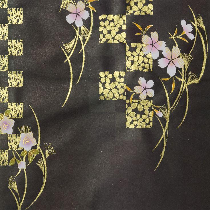 504. Chiyogami papír Rozměr: 15x15cm gramáž: 70g/m2 Jedná se luxusní Japonský papír ručně vyráběný metodou sítotisku. Výroba tohoto papíru má v Japonsku již mnohaletou tradici a dodnes se vyrábí v mnoha malých rodinných dílničkách po celém Japonsku. Chiyogami design byly původně navrženy pro výzdobu interiérů v domě, postupně se pak začaly přenášet i na kimona ...