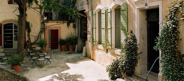 L'ombre rafraîchissante d'un majestueux Paulownia centenaire confère à l'entrée de l'hôtel le charme authentique d'une petite place de village de Méditerranée.