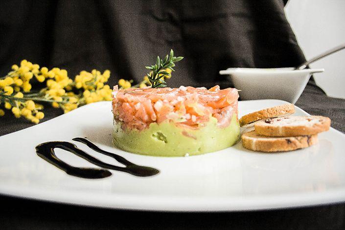 Receta de tartar de salmón y guacamole para vagos