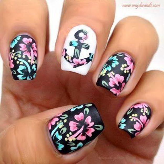 Este nailart es perfecto para el verano: flores y anclas :)
