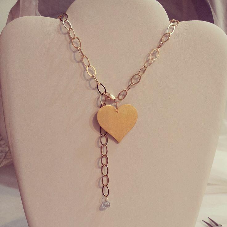 Hermoso collar de cadena completa, dije en forma de corazón, bañados en oro y decorado con piedra.