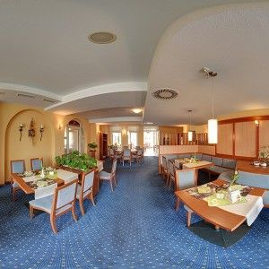Virtueller Rundgang durch ein Restaurant mit Hilfe der bekannten Street View-Technologie.