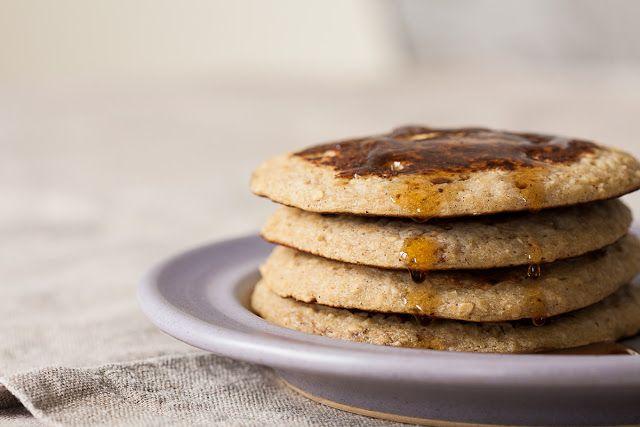 """Američke palačinke sa bananom i ovsenim pahuljicama 80g ovsenih pahuljica 70g heljdinog brašna (ili drugog po izboru) prstohvat soli pola kašičice praška za pecivo pola kašičice cimeta 160-180g zrele banane (2 male ili 1.5 srednje veličine) kašika maslinovog ili otopljenog kokosovog ulja (10g) 2dl mlijeka (ili biljnog """"mlijeka"""" - bademovog, sojinog, pirinčanog...) 2 jaja pola kašičice ekstrakta vanile ili sjemenke iz polovine šipke vanile (proizvoljno, ali odlično!) kašičica ulja za prženje"""