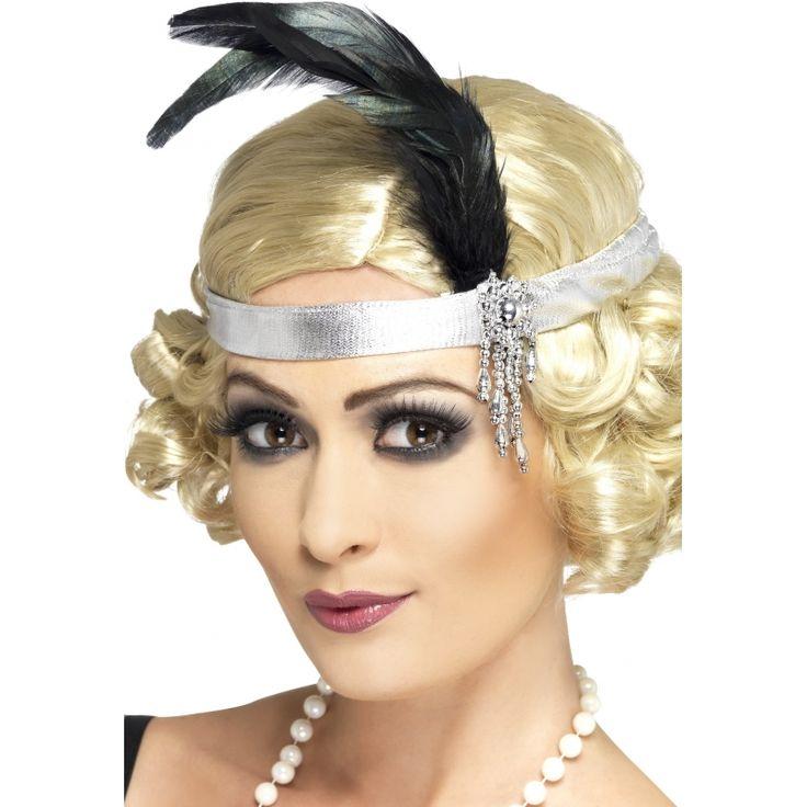 Zilveren jaren 20 hoofdband met veer. Zilverkleurige, satijnen hoofdband in roaring twenties stijl. De twenties satijnen hoofdband is verder versierd een zwarte veer en juweel.