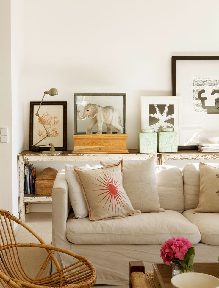 Indispensable. Un buen sofá, como estede Sacum, igual que laconsola decapada. Butaca de mimbre, de Mercantic. Casa de Marta Tobella.