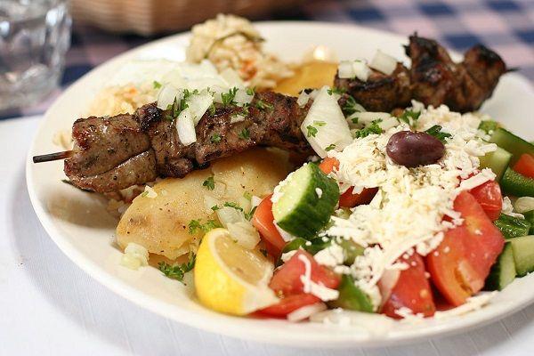 Vous connaissez le souvlaki, une savoureuse brochette de viande grillée ? Mais savez-vous où trouver les meilleurs souvlaki d'Athènes ? Nous, oui.