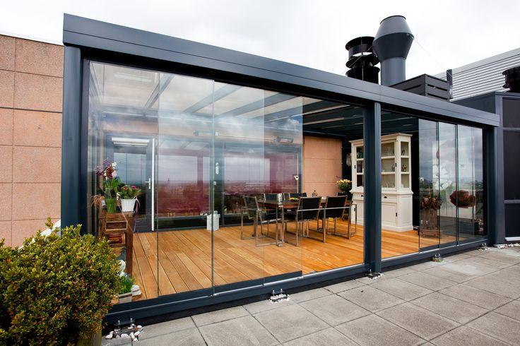 Maak uw terrasoverkapping wind- en regendicht met de glazen schuifdeuren van CapdeVilla.