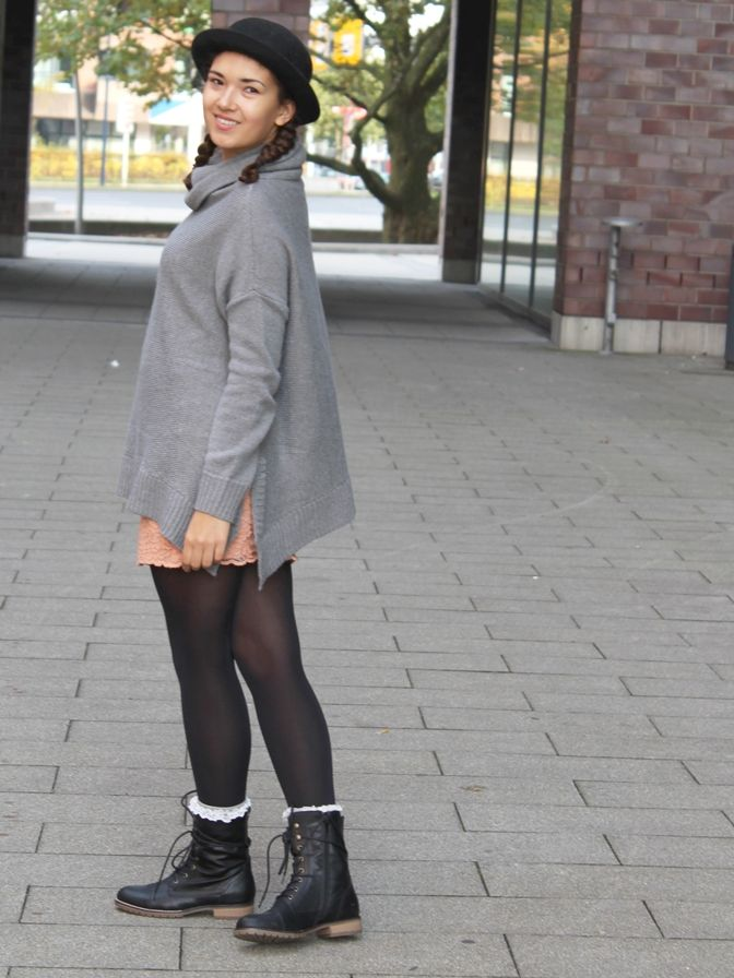Stilbruch: Oversized Pulli trifft Spitze. Herbstoutfit, Fashionblogger Style mit Hut. Strickmode, Streetstyle, Ootd, Casual Outfit