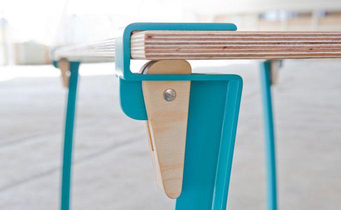 Mit Instant Table kann man, das verrät der Namen ja bereits, mal eben so einen Tisch aufbauen. Die Tischbeine werden mittels eines Klemmkeils an einer beliebigen Platte befestigt. So kann man mit ü...