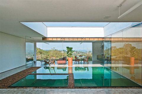 Sob um vão na cobertura de 6 x 6 m está a piscina. Mantida no nível do pis...