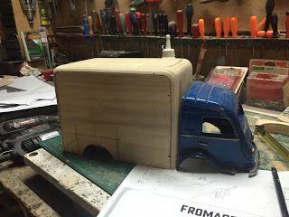 carrosserie acier de la cabine du Galion Renault et caisse frigorifique en bois Mésozoique Spirou