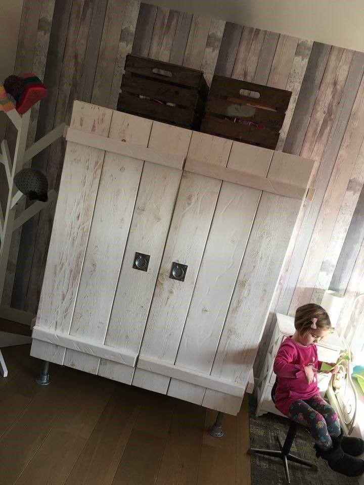 Oude appelkisten als opbergbakken op de kast en het oude vintage schoolstoeltje in gebruik #styling #vintage #hip  www.als-nieuw.com