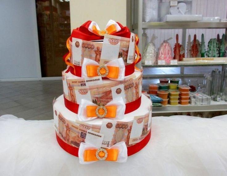 dreistufige Torte mit Geldscheinen dekoriert