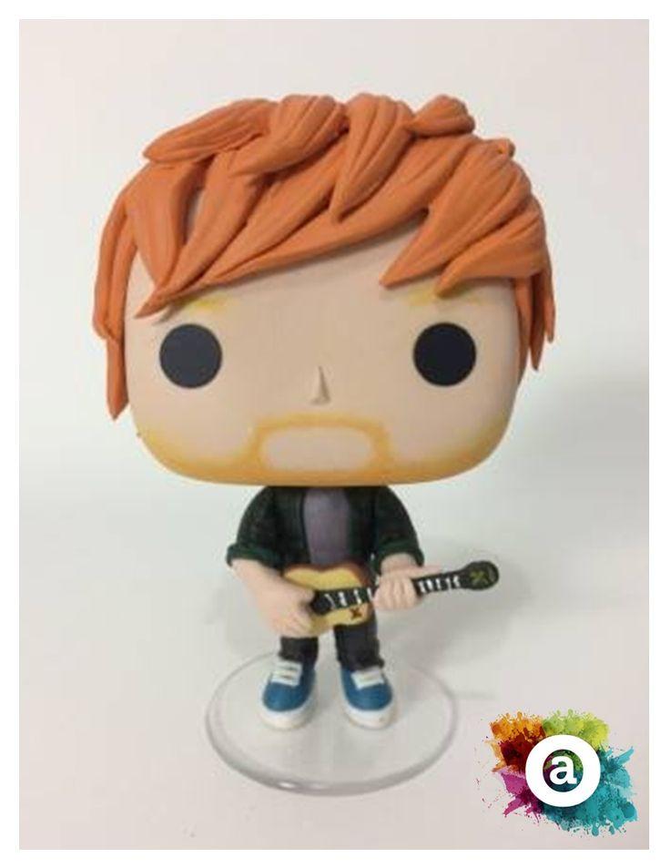Funko Pop Ed Sheeran feito de biscuit, pelo Oficina Ateliê! 10 cm, base de acrílico e acabamento em verniz.