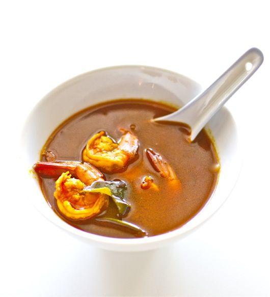 Esta deliciosa sopa de langostinos agripicante es una de las más famosas de la cocina tailandesa, combinando los sabores cítricos, dulces y picantes en un mismo plato, muy del gusto de la cocina asiática. Os explicamos cómo preparar la sopa Tom Yum Goong con nuestro Thermomix. Necesitarás algunos ingredientes básicos de la cocina tailandesa, como …