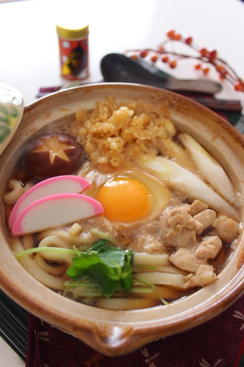 Nabeyaki-Udon Noodles Served Hot in a Pan 鍋焼きうどん