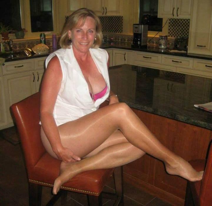 Mature contenttan shiny pantyhose