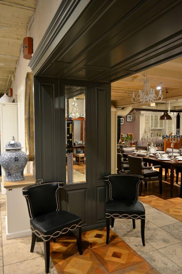 На фото - деревянный филенчатый портал собственного производства IDC Collection из массива ольхи и мдф. Зеркальные фацетированные вставки своим присутствием добавляют ещё больше света и воздуха всему интерьеру.