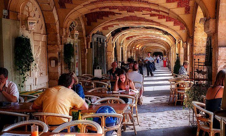 Les arcades du café Hugo, place des Vosges. Le café est nommé après Victor Hugo, qui vivait une centaine de mètres plus loin.
