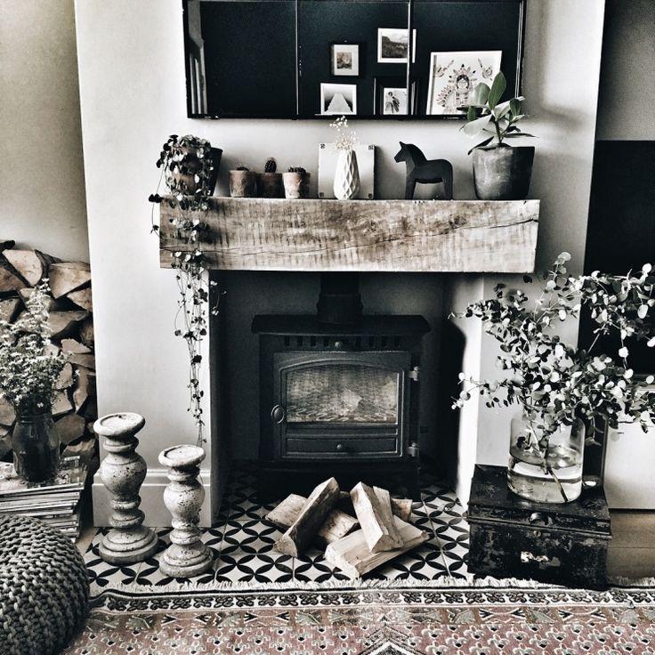W salonie znajduje się kominek w bardzo ciekawej formie. We wnęce postawiono stary piecyk, a wokół tego miejsca...