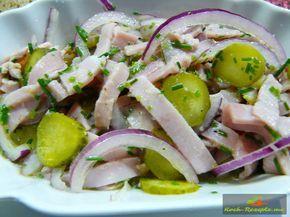 Art bayrischer Wurstsalat mit gekochtem Schinken, rote Zwiebel, Schnittlauch und Gewürzgurken. Ein Rezept für die Spezialität aus Bayern ist ein bayrischer Wurstsalat. Auch hier hat jede Familie sein spezial Rezept. Ob nun mit Fleischwurst, gekochten Schinken oder Leberkäse mit Käse oder Kapern, es ist für jede Brotzeit was Feines. Verwandelt man den bayrischen Wurstsalat mit Käse ab, bekommt ...