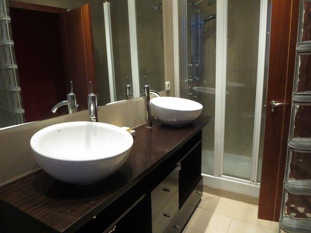Piso de 2 dormitorios, salón luminoso, cocina amueblada con electrodomésticos. baño con bañera y ducha y 1 aseo. Armarios empotrados, calefacción central y aire acondicionado.