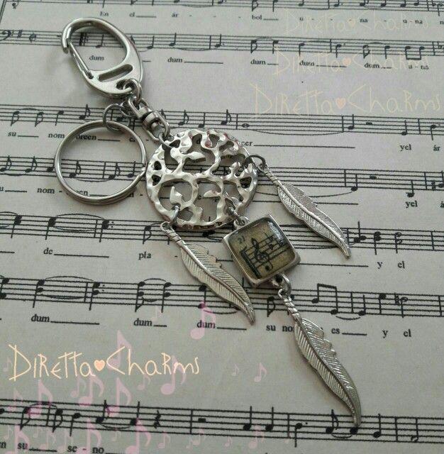Llavero tipo atrapasueño en acero y zamak, con dije en resina de clave de Sol. pide el tuyo con las especificaciones que mas te gusten. $10.000 cop.  Diretta ♥ Charms Accesorios que resaltan tus encantos.  Info wtp + 57 3127080891. Envíos nacionales e internacionales.  #DirettaCharmsAccesorios #DirettaAccesorios #inspiration #dreamcatcher #musical #musica #music #pluma #cute #nice #cool #lovely #resina #resin #clavedesol