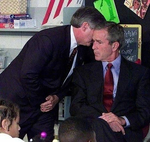 アメリカ同時多発テロ事件911をはじめて告げられるブッシュ大統領