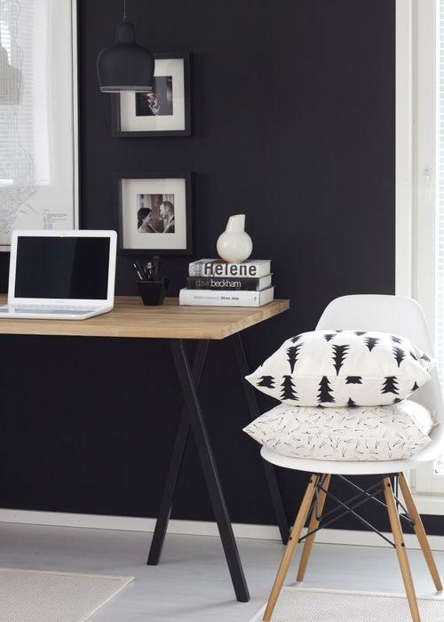 parede pintada de preto, decoração de home office com parede preta e mesa com pés de cavalete em preto e tampo aem madeira