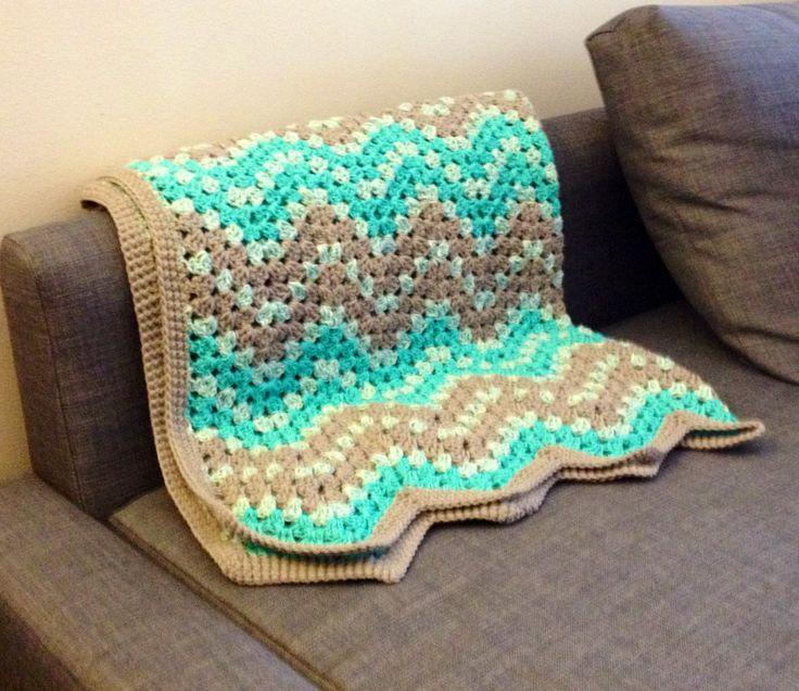 Beautiful crocheted baby blanket. Free pattern.
