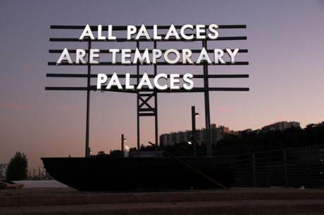 """""""All Palaces are Temporary Palaces"""" Panneau d'affichage détourné par l'artiste Robert Montgomery. Crédit photo : Robert Montgomery"""