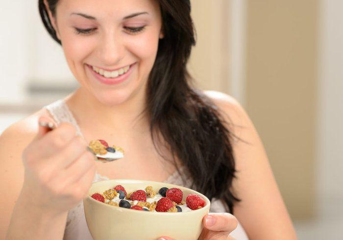 Cuando estamos en una rutina de pérdida de peso, comer la cantidad adecuada de proteínas es esencial para obtener el éxito deseado. Según cientos de nutricionistas y dietistas, muchos de sus clientes comienzan a perder peso una vez aumentan la cantidad de proteínas de su dieta, ya que estos alimentos requieren de más tiempo y trabajo por parte del organismo, para procesarlos.  Un tiempo de digestión más largo se traduce en que estarás más satisfecho durante más tiempo y no te dará por comer…