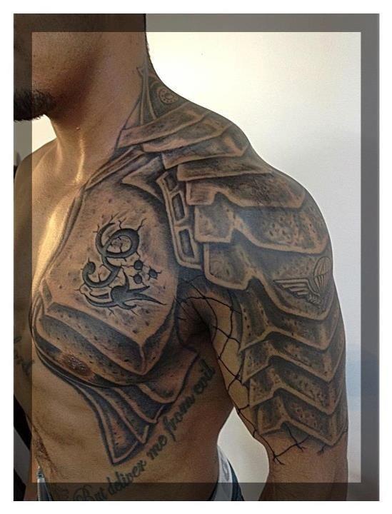 Tatuagem Armadura – Peitoral e ombreira by Richard Batey